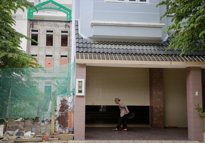 """Bà Thanh (quê Hà Tĩnh), một trong những hộ dân hiếm hoi sống tại đây chia sẻ: """"Ở đây không khí yên tĩnh như ở quê, nhưng chợ búa quá xa, siêu thị thì đang xây nên ít người muốn ở""""."""