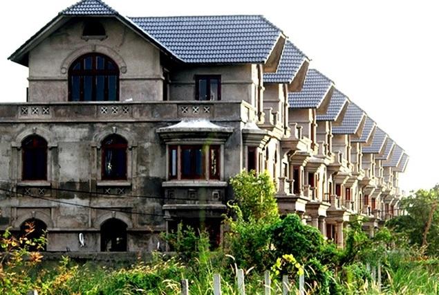 Hàng trăm căn biệt thự liền kề tại phường Thạnh Mỹ Lợi (gần UBND quận 2) đã được xây xong phần thô nhưng sau đó rào lại để đấy. Trong giai đoạn 2004-2012, dự án khu dân cư cao cấp Thạnh Mỹ Lợi quy mô 174ha được UBND Tp.HCM giao cho tổng cộng 15 nhà đầu tư.