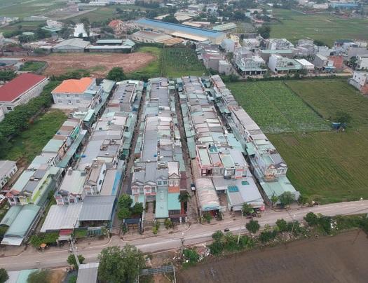 """Một dãy nhà """"ba chung"""" trên địa bàn xã Xuân Thới Thượng, huyện Hóc Môn. Hiện đã có nhiều người dân trên địa bàn bị lừa mua bán bất động sản qua vi bằng."""