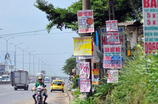 Chi chít các biển quảng cáo rao bán đất trên quốc lộ 51, đoạn gần dự án sân bay Long Thành.