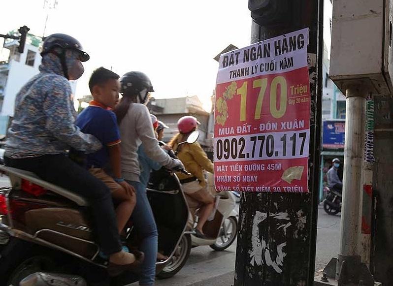 Nhiều nơi tại Tp.HCM xuất hiện hàng loạt tờ rơi, giấy dán quảng cáo đất ngân hàng thanh lý.