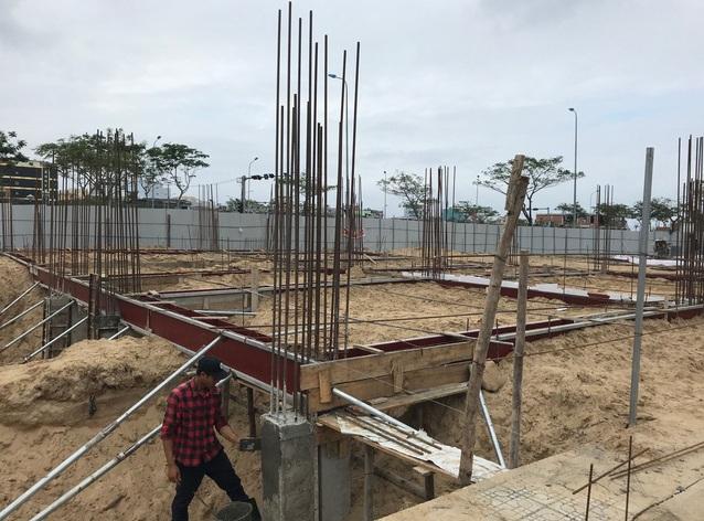 Dù bị dân phản ứng nhưng trong chiều 25/1, thợ xây nhà vẫn đến thi công trên các lô đất đã ký hợp đồng bán cho người dân.