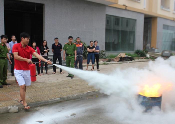 Cư dân thực hành thao tác sử dụng các bình chữa cháy để dập tắt đám cháy.