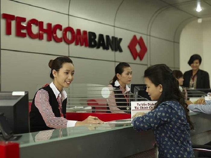 Các ngân hàng đang hạn chế mức độ tập trung tín dụng đối với lĩnh vực BĐS. Trong ảnh: Khách hàng đang giao dịch tại Techcombank.