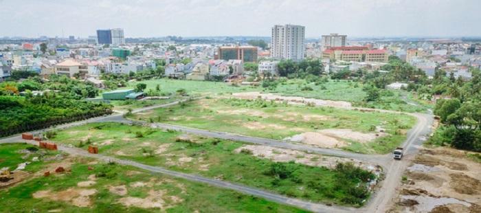 Một số khu vực trở thành những bãi rác lớn, kéo dài dọc nhiều đoạn đường.