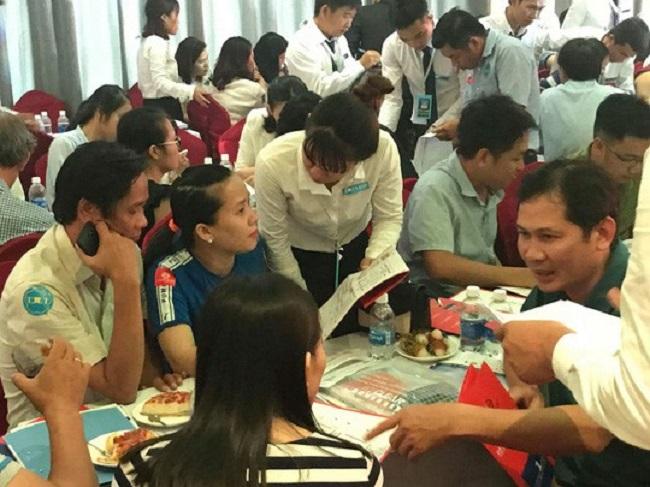 Các khách hàng đang tìm hiểu thông tin về một dự án căn hộ tầm trung ở Tp.HCM