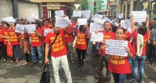 Sau nhiều năm chờ đợi không thấy chủ đầu tư giao nền đất, hàng trăm người dân kéo đến Tổng công ty Thái Sơn phản ứng.