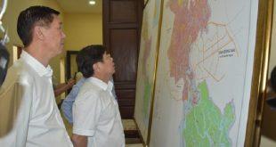 Một số vị lãnh đạo Tp.HCM đang xem bản đồ điều chỉnh quy hoạch sử dụng đất của thành phố.