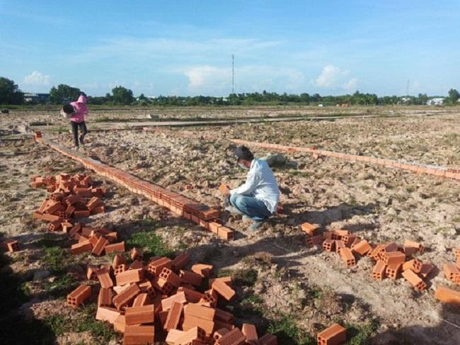 Người dân đang xây tường bao lại vị trí đất đã thỏa thuận trong hợp đồng góp vốn