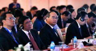 Bí thư Thành ủy TP HCM Nguyễn Thiện Nhân lắng nghe các chuyên gia chia sẻ kinh nghiệm phát triển đô thị sáng tạo trên thế giới tại Diễn đàn Kinh tế TP HCM 2018.