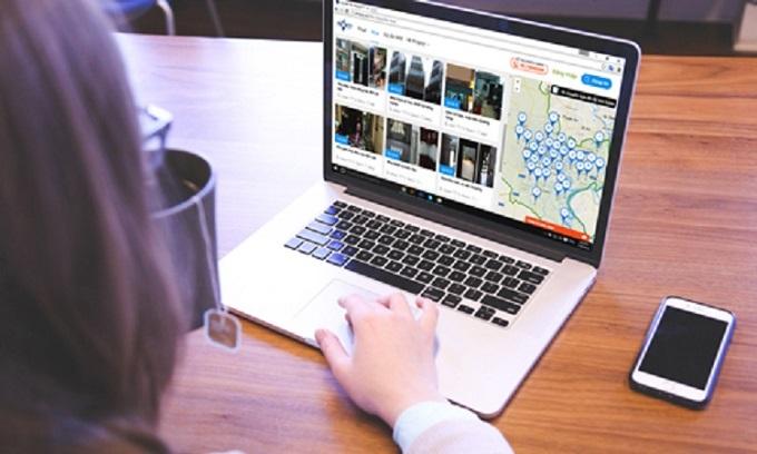 Tìm kiếm bất động sản trên Internet.