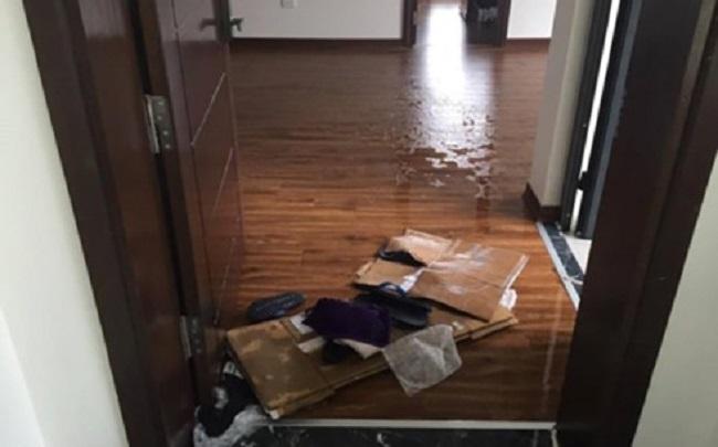 Nước chảy vào nhiều nhà dân tại tầng 21 gây ảnh hưởng nặng nề.