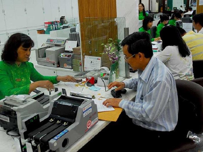 Khách hàng đang giao dịch tại Ngân hàng Vietcombank.