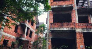 Một số căn biệt thự liền kề bỏ hoang trong khu đô thị mới Cầu Bươu (huyện Thanh Trì, Hà Nội). Ảnh: Q.TH.