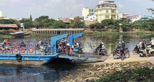 Nhiều năm qua người dân vẫn phải qua lại giữa quận 12 và quận Gò Vấp bằng phà An Phú Đông. Ảnh: QUANG HUY