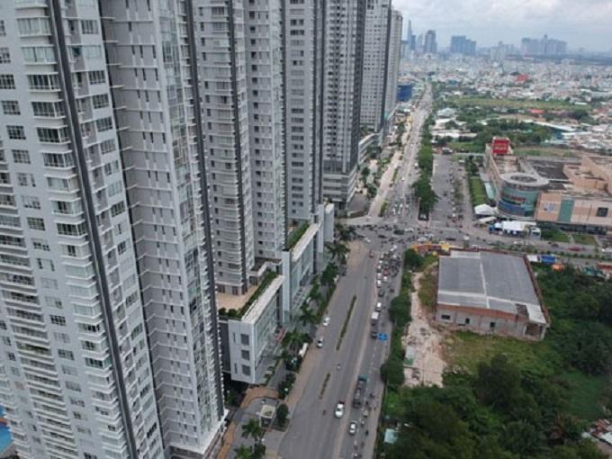 """Đường Nguyễn Hữu Thọ, quận 7, TP HCM nhiều năm qua không được mở rộng nhưng phải """"gánh"""" hàng chục dự án nhà chung cư"""