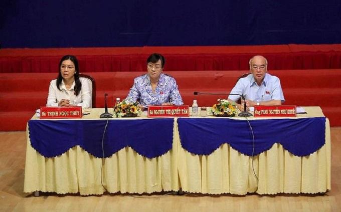 Các đại biểu Quốc hội tiếp xúc cử tri quận 2. Ảnh: HOÀNG GIANG
