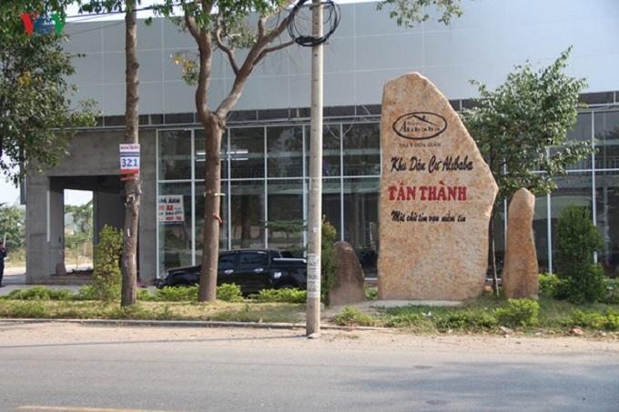 """BR-VT sẽ cưỡng chế công trình phía sau tảng đá có dòng chữ """"Khu dân cư Alibaba Tân Thành""""."""