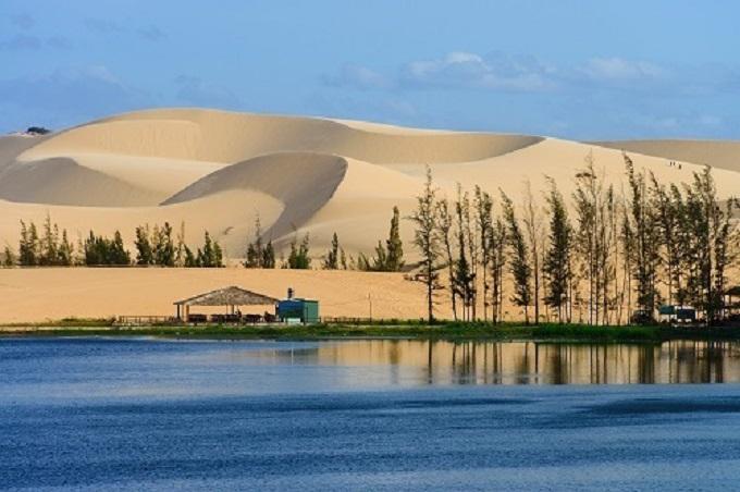 Với lợi thế 300 ngày nắng, bờ biển dài đẹp, Bình Thuận phù hợp phát triển du lịch - thể thao biển.