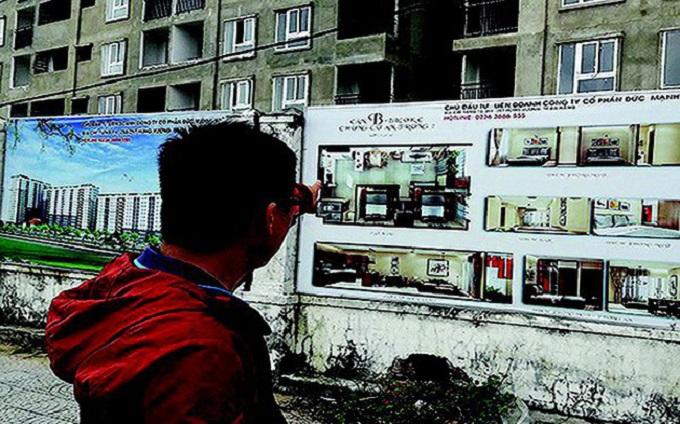 Người dân tìm hiểu để đăng ký thuê, mua căn hộ chung cư nhà ở xã hội trên địa bàn Đà Nẵng. Ảnh: HC