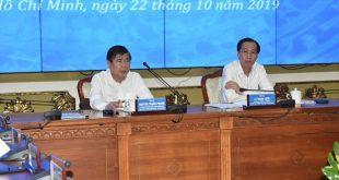 Chủ tịch UBND TP HCM Nguyễn Thành Phong (bìa trái) chủ trì cuộc họp sáng 22-10