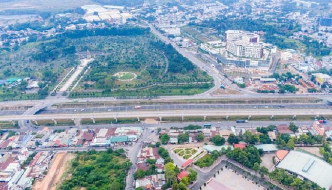 Hầm chui nút giao thông Đại học Quốc gia TPHCM vừa được thông xe, tạo điểm kết nối quan trọng với dự án nhà ga trung tâm Metro số 1, Bến xe miền Đông mới...