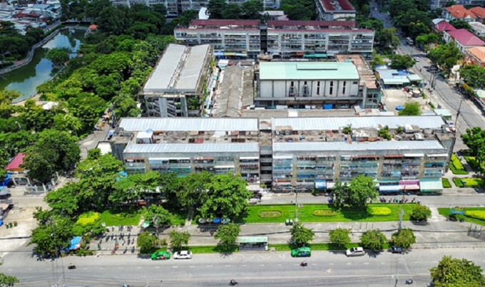 Cụm 8 chung cư lô số nằm trong tổng thể 23 lô chung cư ở Cư xá Thanh Đa, được xây dựng từ năm 1972. Sau gần 50 năm đi vào sử dụng, hầu hết các chung cư này đều đã xuống cấp, xập xệ và mất an toàn.