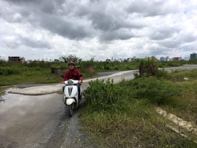 Đường dẫn vào khu đất làm dự án Khu dân cư Thạnh Mỹ Lợi vẫn lầy lội sau 17 năm dự án được triển khai.
