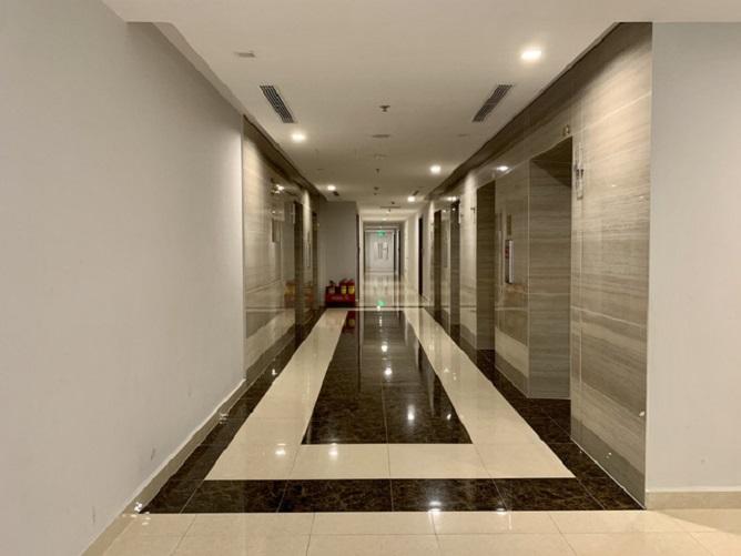 Hành lang không một bóng người trong ngày giãn cách ở một khu chung cư cao cấp.